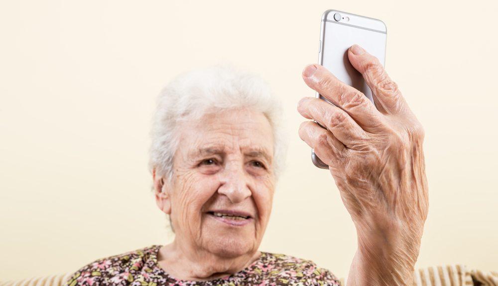 Oudere dame met mobiele telefoon